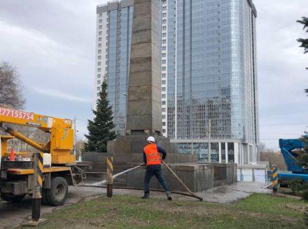 В Самаре ведутся работы по помывке памятников