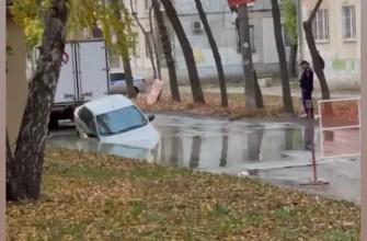 В Самаре легковой автомобиль провалился под асфальт