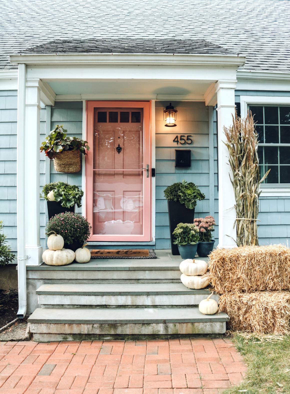 How to paint a metal door, how to paint a screen door, pink front door, fall porch ideas