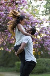 Portrait couple en extérieur dans un parc, jardin