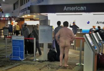 Un homme se rend totalement nu à l'aéroport