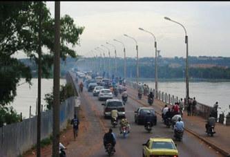En plein vendredi, une belle dame*, toute nue**, traverse le nouveau pont de Bamako