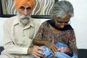 Mère à plus de 70 ans, une Indienne présente son bébé, un mois après son accouchement