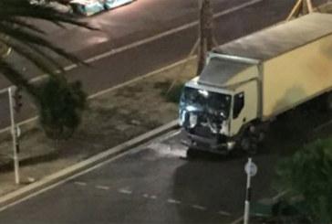Un camion fonce sur la foule à Nice: «des dizaines de morts»