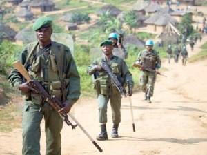 Les FARDC en patrouille mixte avec les casques bleus de la Monuc à Mbwavinya. Photo MONUC / Marie Frechon (2008).
