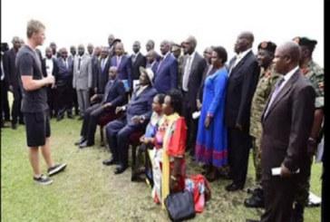 Ouganda: Des femmes agenouillées devant un européen créent la polémique (PHOTO)