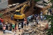 Chine: Un trou de 30 mètres s'ouvre dans une rue, avalant plusieurs passants