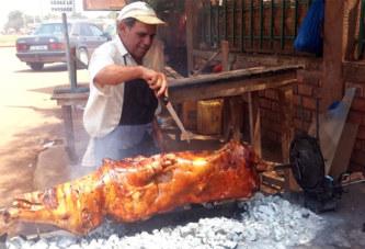 Boi Tarcisio, l'Italien qui vend du porc au four à Ouaga