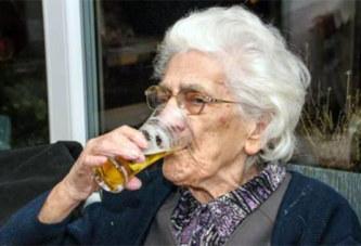 Robertine, 96 ans, boit entre 12 et 20 bières par jour (avec l'accord de son médecin)