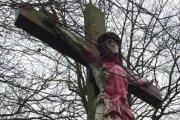 France : la statue du Christ vandalisée et peinte en rose