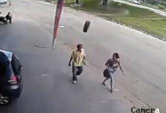 Assommé par un pneu alors qu'il marchait dans la rue (vidéo)