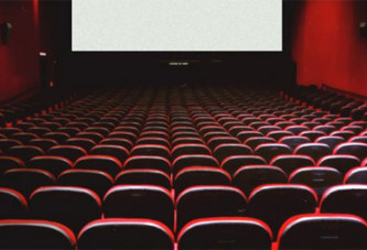 Assis dans une salle de cinéma, Il se masturbe auprès d'un couple de gendarme…Découvrez la réaction du couple!