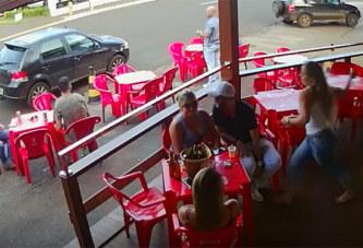 Il boit un verre avec sa maîtresse lorsque sa femme débarque – vidéo