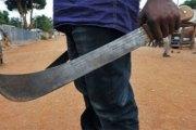 Yopougon : Un vendeur de poulet découpé à la machette