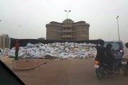 Un camion déverse à Ouagadougou de nombreux sacs de maïs