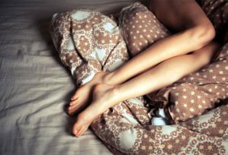 Tout nu, il entre chez sa voisine et se glisse dans son lit