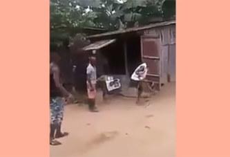 VIDÉO: Un homme se transforme en bœuf pour éviter d'être battu