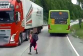 (video) Les images impressionnantes d'un drame évité de justesse entre un poids-lourd et un écolier