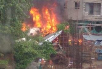 Un avion s'écrase dans au quartier de Bombay en Inde, 5 morts
