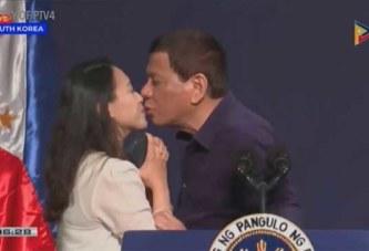 En visite officielle en Corée du Sud : le président des philippines embrasse une inconnue sur les lèvres