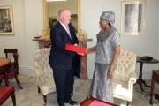Coopération entre le Burkina Faso et la Grande Bretagne: Jacqueline Zaba/Nikiéma remet les copies figurées de ses lettres de créances au directeur du protocole du Foreign Office