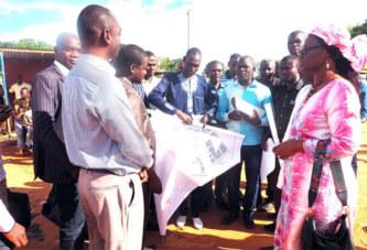 5e Recensement Général de la Population et de l'Habitation : Rosine Coulibaly sur le terrain pour encourager les cartographes