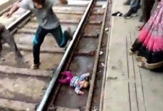 Une fillette d'un an survit miraculeusement après être tombée sous le train (vidéo)
