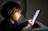Les enfants qui passent du temps devant les écrans risquent la myopie, l'obésité et le cancer