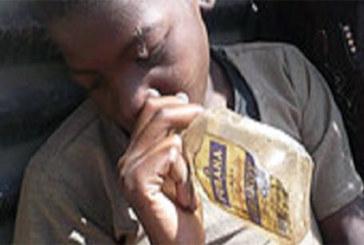 Société: les jeunes ghanéens sniffent de la colle pour se droguer
