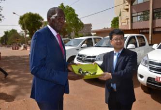 Lutte contre le terrorisme: la République populaire de Chine offre six pick-up au Burkina