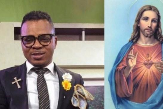 Ghana: Un pasteur déchire des images de Jésus-Christ dans son église (Vidéo)
