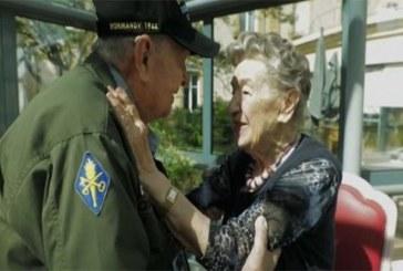 France : Un ancien soldat américain retrouve son amoureuse 75 ans après la guerre (vidéo)