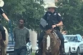 Texas : dans les rues de Galveston, deux policiers blancs à cheval tirent un suspect noir par une corde
