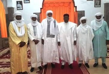 Kidal (Mali) : le président Issoufou et les leaders des mouvements touaregs fument le calumet de la paix
