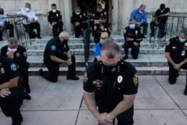 Mort de George Floyd: de nombreux policiers se montrent solidaires des protestataires