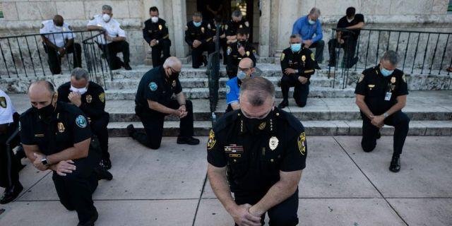 Des policiers s'agenouillent en signe de soutien aux manifestants à Minneapolis