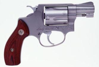 Elle cachait un revolver chargé dans son vagin