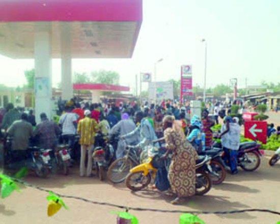 Bousculade dans une station de la place pour se procurer du carburant gratuitement offert par les organisateurs du meeting de soutien à Blaise Compaoré