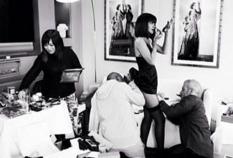 Les fans de Rihanna sont devenu fous après qu'elle ait posté ces photos d'un homme regardant sous sa robe