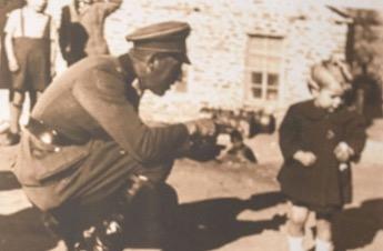 Η συγκίνηση του Πρ. Παυλόπουλου όταν συνάντησε το «κοριτσάκι» της Κατοχής