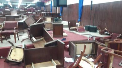 Photo of Les députés de l'opposition ont esquintés la salle de séances de la chambre basse.
