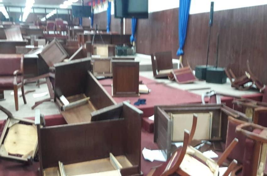 Les députés de l'opposition ont esquintés la salle de séances de la chambre basse.