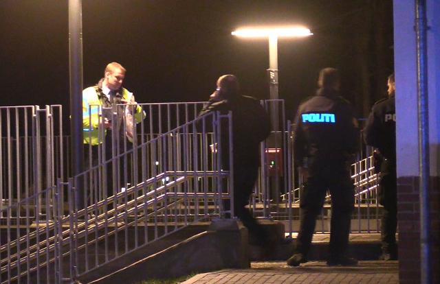 Politiet i arbejde på Vipperød Station tirsdag aften. Foto: Michael Johannessen.