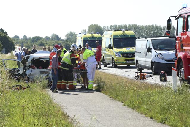 Tre personer blev bragt til sygehuset efter et færdselsuheld ved Holbæk lørdag formiddag. Foto: Michael Johannessen.