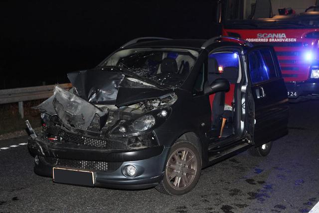 Den ene af de to personbiler, som var involveret i færdselsuheldet var en ti år gammel Peugeot 1007. Foto: Morten Sundgaard - Skadestedsfotograf.dk.