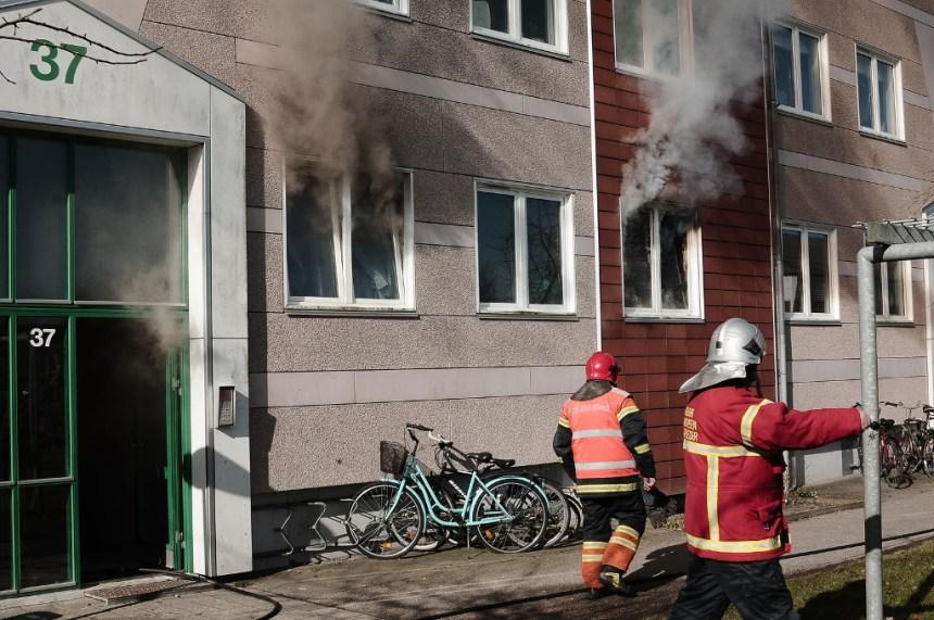 Ingen kom noget til, da der onsdag formiddag udbrød brand i en stuelejlighed i Holbæk. Foto: Alex Christensen.