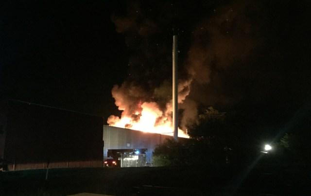 Mandag aften udbrød der brand i en industribygning på Åholmvej i Osted. Foto: Michael Johannessen.