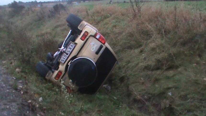 En bil endte mandag eftermiddag i grøften. Foto: Rolf Larsen.