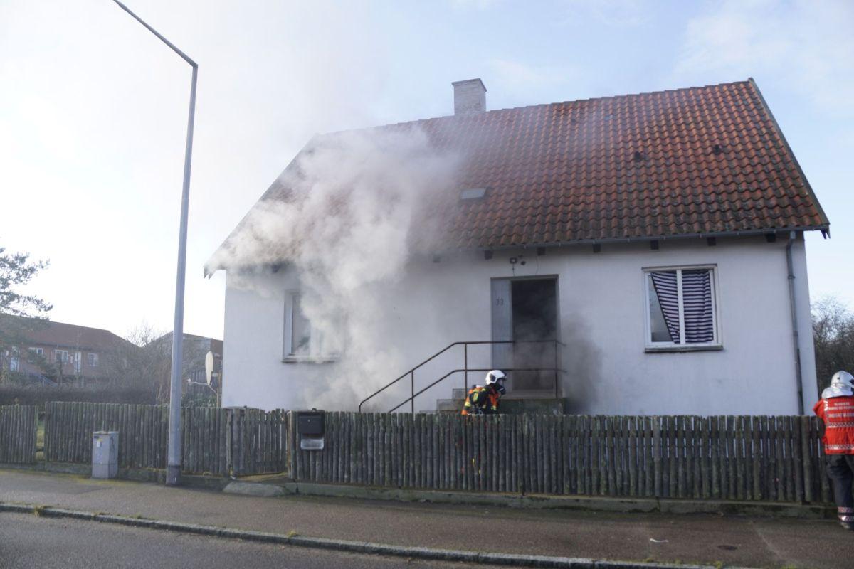 To anholdt efter brand i villa