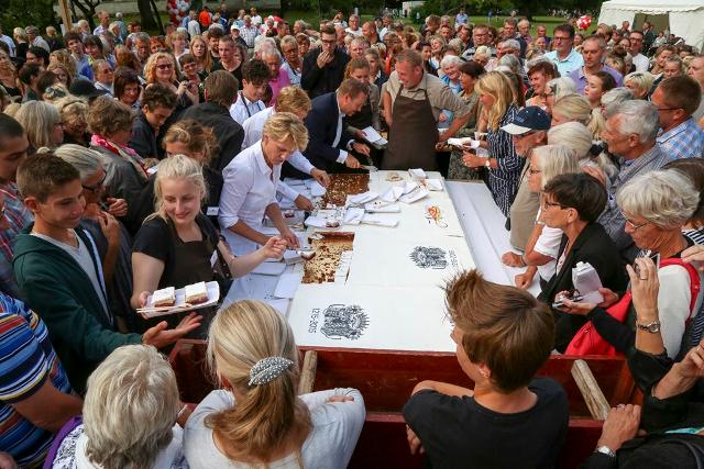 Charlotte Fich, Thure Lindhardt og Adam Price var med til at skære fødselsdagskagen ud ved fejringen af Dragsholm Slots 800 års fødselsdag. Foto: Michael Johannessen.